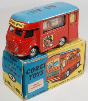 Corgi CORGI #426 CHIPPERFIELD'S CIRCUS MOBILE BOOKING OFFICE SPUN HUBS EXC, GOOD BOX