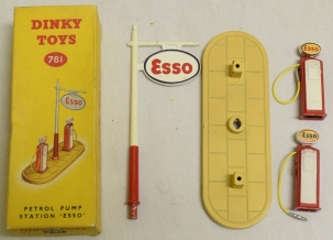 Dinky DINKY 781 ESSO PETROL PUMP STATION, EXCELLENT MODEL W/ EXCELLENT BOX!